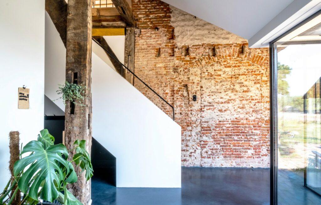 Witstaart historische bakstenen muur