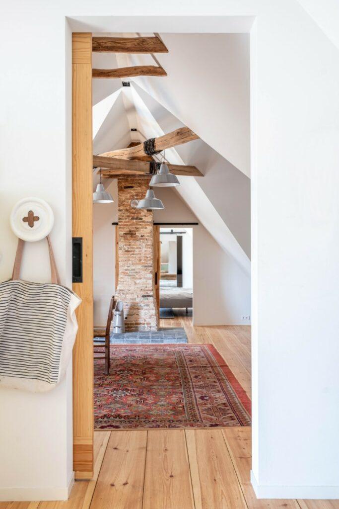 Witstaart oude hanebalken stucplafond