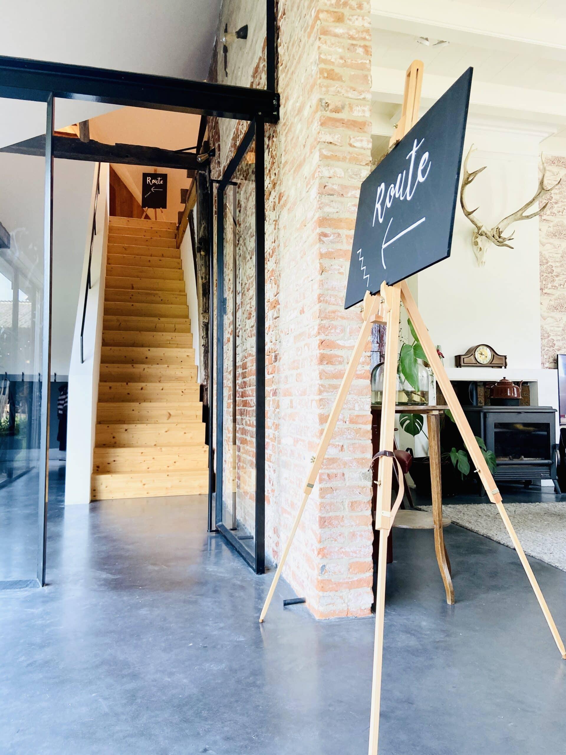 stalen taatsdeur met woonbetonvloer en historische metselwerkwand